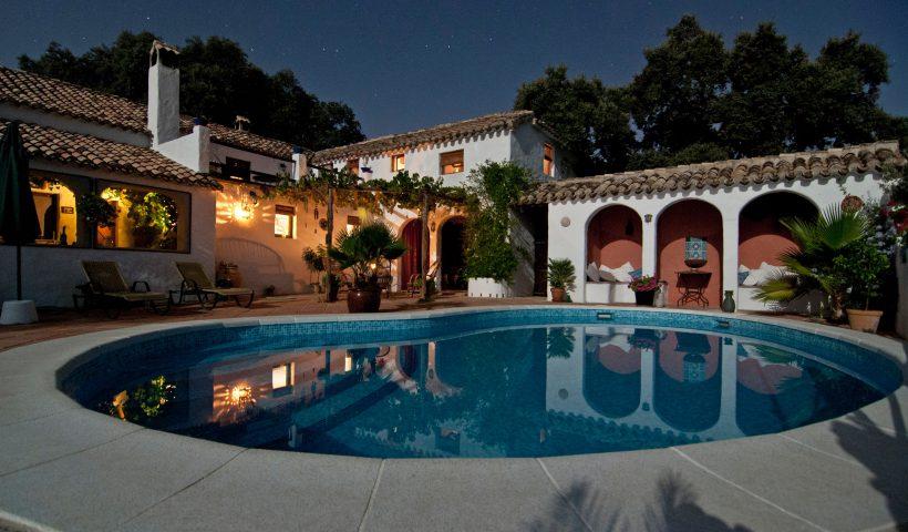 Inspirerende ideeën om een achtertuin in luxe resortstijl te creëren